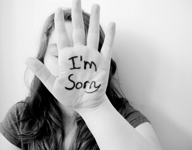 benefits of forgiveness - girl apologizing